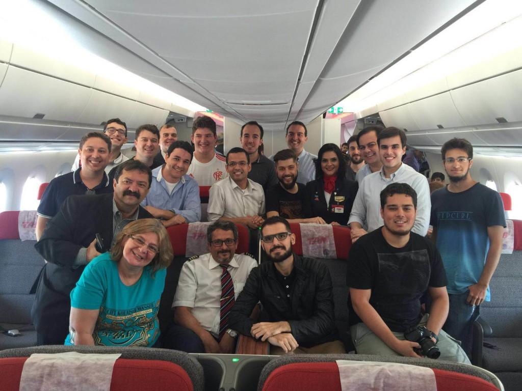 Nesta foto o time da executiva -uma galera que também é apaixonada por viagens- junto com o comandante José Antônio Dias Neto e a comissária Cinthia.