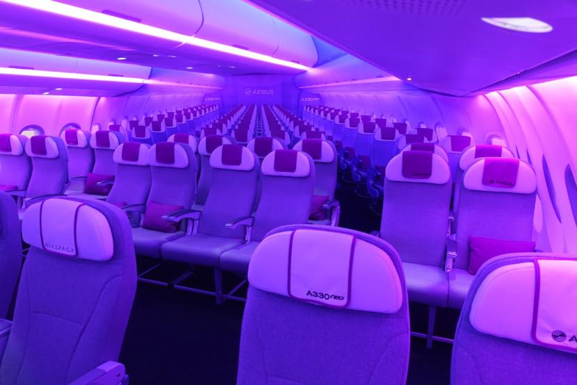 Com aproximadamente 46cm de largura, a aeronave oferece aos passageiros da econômica mais espaço e conforto durante a viagem.