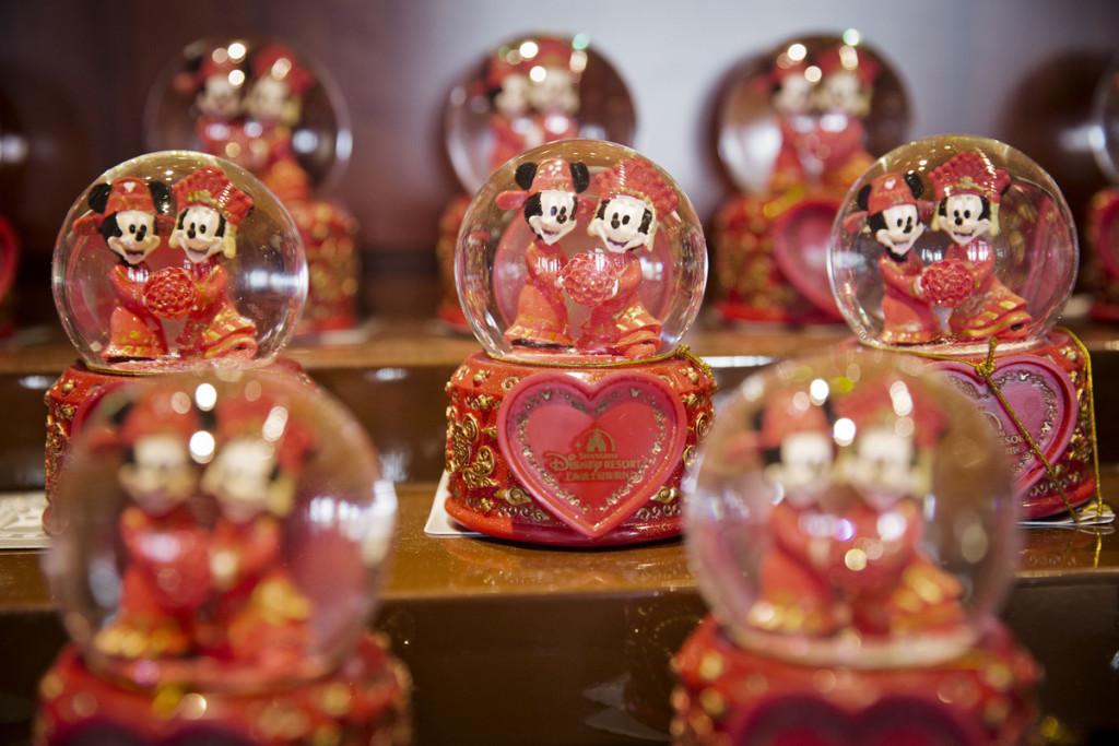Mickey e Minnie Mouse vestidos com roupas tradicionais chinesas. (Foto: Qilai Shen/Bloomberg)