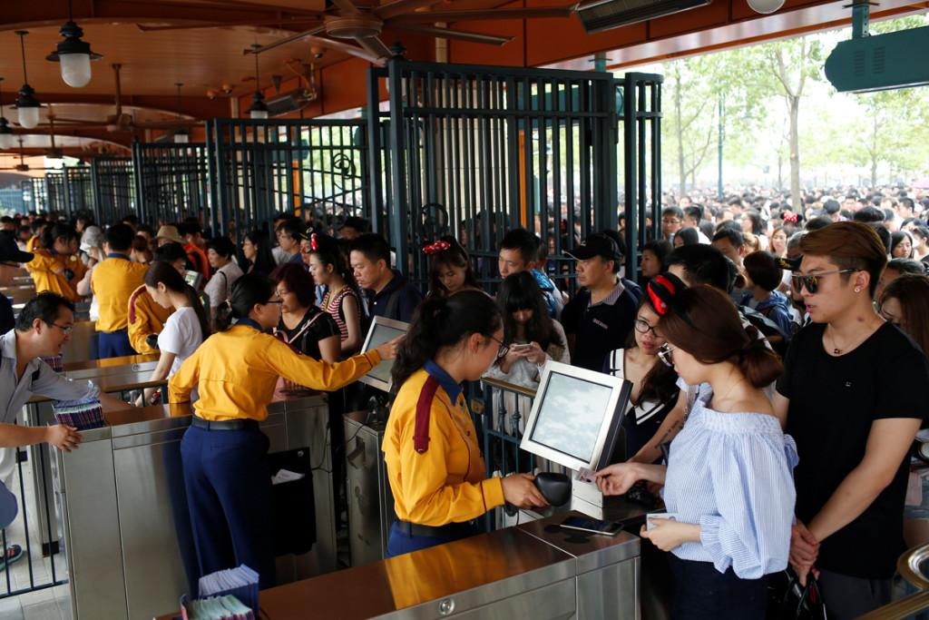 Fila de entrada no primeiro dia de funcionamento do parque. (Foto: REUTERS/Aly Song)