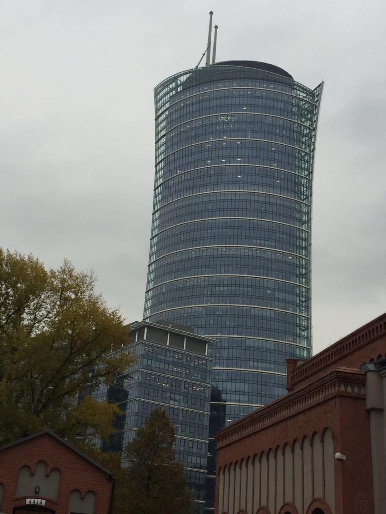 Construções ao estilo gótico e renascentista dividem espaço com modernos arranha-céus em Varsóvia.