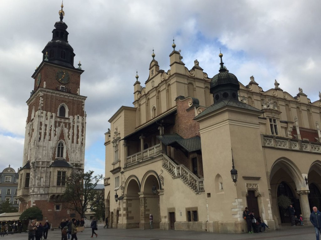 O Sukiennice e a Torre da Câmara Municipal na Rynek Główny.