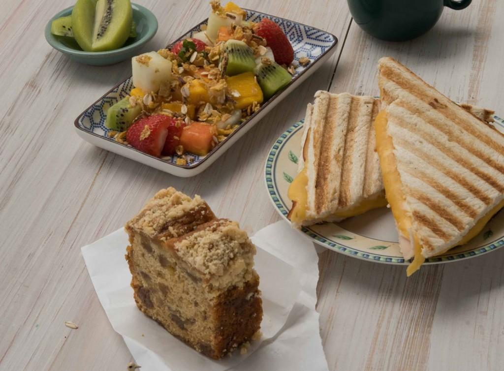 O pão de miga com peito de peru, queijo prato e requeijão cremoso sai por R$ 12. (Divulgação/LATAM)